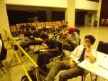Los integrantes de las listas observan atentos el conteo de votos.