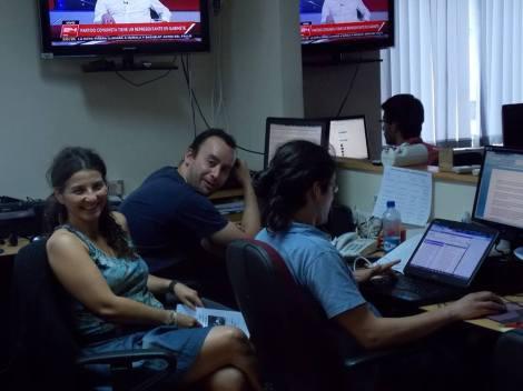 Nancy Arancibia junto a sus colegas en la redacción de La Nación, en un sexto piso de Serrano con Alameda.