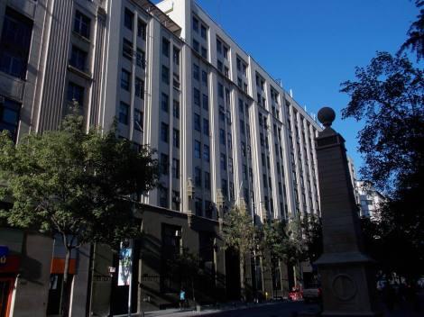 El histórico edificio de La Nación, hoy desocupado y en manos de Bienes Nacionales. El inmueble fue construido especialmente para el rotativo, y se ubica frente a La Moneda.