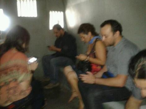 Periodistas detenidos al interior de un carro policial. / Foto @PeriodistasLN