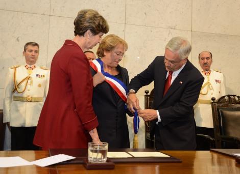El Presidente saliente le entrega la piocha de O'Higgins a Michelle Bachelet. | Foto: Alex Ibáñez (Foto Presidencia)