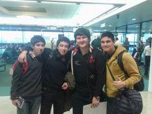 Matías Azócar y Bruno Aravena (derecha de la fotografía) en el aeropuerto, antes de viajar al Uruguay.
