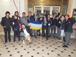Integrantes de la Academia de Debate de nuestro colegio celebran el triunfo alcanzado.