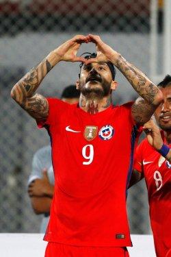 Pinilla celebrando el primer gol del encuentro