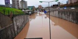 El tunel de la autopista costanera norte bajo el Mapocho se vio inundado en diversas partes de su trazado. En la imagen el ingreso poniente al túnel, en Independencia. | Foto: La Tercera.