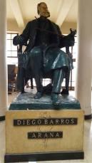 Estatua e Diego Barros Arana en el hall de acceso al internado.