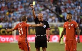 A los 28' Marcelo Díaz recibe su segunda amarilla, siendo expulsado del juego.