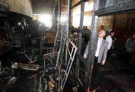 El Ex Rector Fernando Pérez inspecciona los daños producidos por el incendio de 2014.