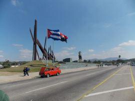 Santiago sigue siendo Santiago. Flamean orgullosas las banderas cubana y del 26 de Julio en el centro  santiaguero.