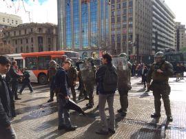 Estudiantes intentan manifestarse en la Alameda, siendo impedida la acción por personal policial.