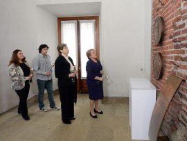 La Presidenta Bachelet depositó claveles frente al monolito que recuerda al presidente Allende y a los caídos en defensa de la sede presidencial.