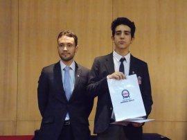 Tomás Alfaro, quien caracterizó a la rector Roxana Pey, fue escogido el mejor testigo del torneo y recibió un premio por ello.