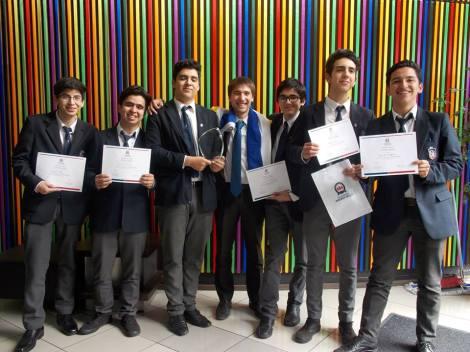 Los estudiantes integrantes del equipo que ganó el torneo, junto a su capitán.