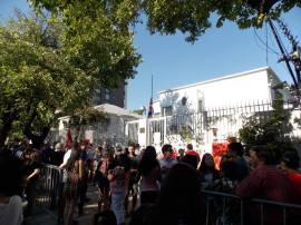 Cientos de personas se reunieron en el frontis de la misión diplomática cubana.