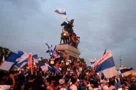 Plaza Italia es en estos momentos escenario de la euforia cruzada.